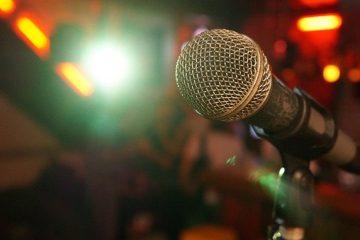 microphone 3989881 640 360x240 - Jak nauczyć się równocześnie śpiewać i grać na gitarze?