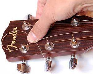 wymiana strun 300x240 - Wymiana strun w gitarze akustycznej oraz elektrycznej