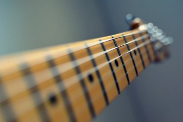 guitar 102708 1280 360x240 - Jak nauczyć się grać szybko na gitarze w 4 prostych krokach?